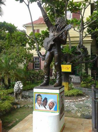 De Music Buzz-Day Tours: Bob Marley Museum