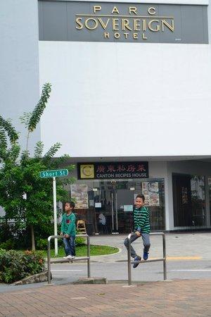 Parc Sovereign Hotel - Albert St.: Bibie and Ririe at Hotel Parc Sovereign Singapura
