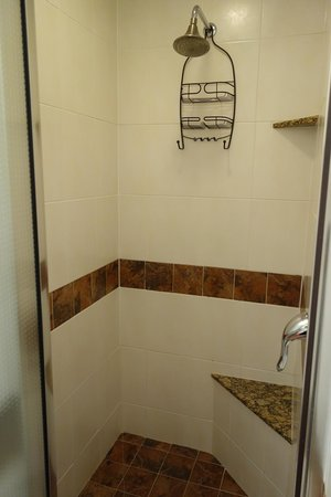 Chelsea Pines Inn: Bathroom1