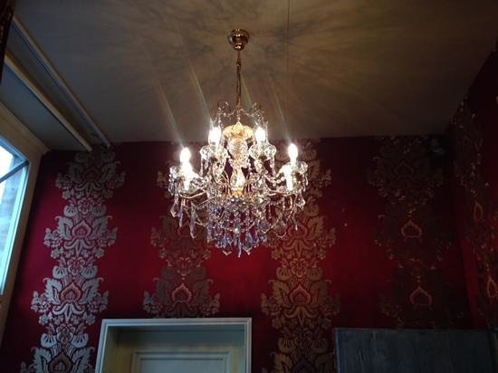 La Tour Louise : amazing chandelier