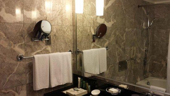 Hilton Singapore: Bathroom