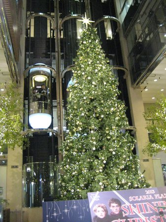 Solaria Nishitetsu Hotel: 1階吹き抜けのツリー