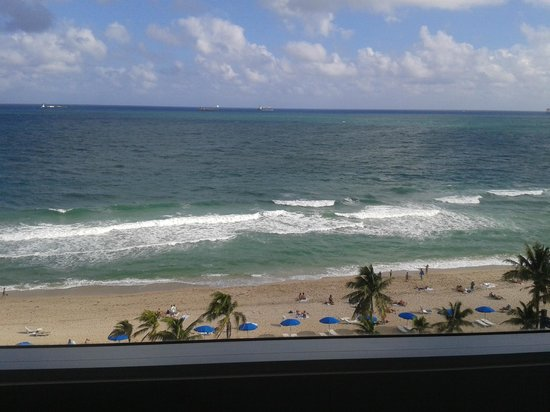 Sonesta Fort Lauderdale Beach: View of Fort Lauderdale Beach from our large window in the room.
