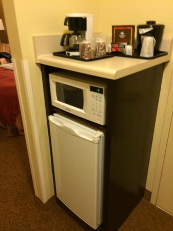 Country Inn & Suites By Carlson, Cool Springs: fridge and microwave