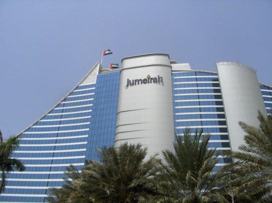 Jumeirah Beach Hotel: Το ξενοδοχείο απο μπροστά στην είσοδο.