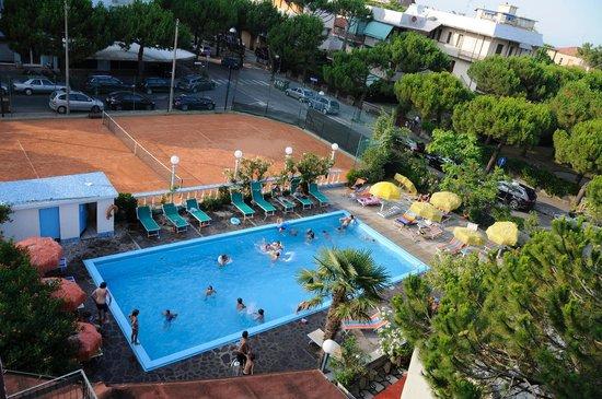 Hotel Franca : Piscina e tennis