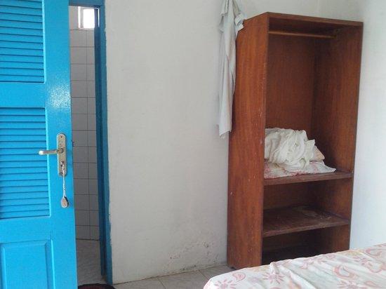 Pousada Paraiso: banheiro e armário