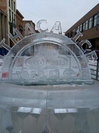 The Hotel Ithaca : a poucos metros caminhando tem um centro e no invernos artes esculpidas em gelo ficam exposta