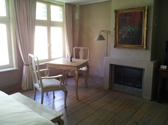 Bed and Breakfast 1669: камин