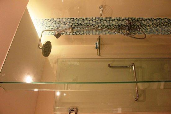 Andaman Beach Suites Hotel: bathroom