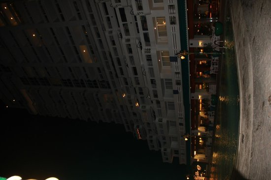 Andaman Beach Suites Hotel: Hotel view in night