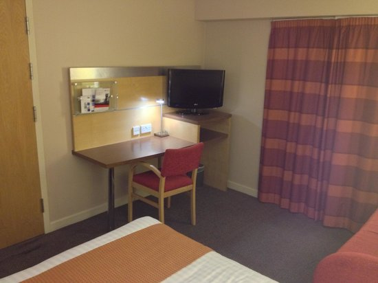 Holiday Inn Express London-Limehouse : Workspace with free Wifi