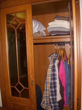 Lausos Hotel: Armario family room (pequeño)
