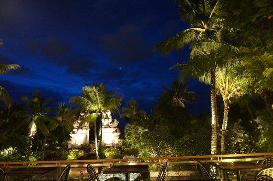 Padma Resort Legian : ホテル敷地内夜景