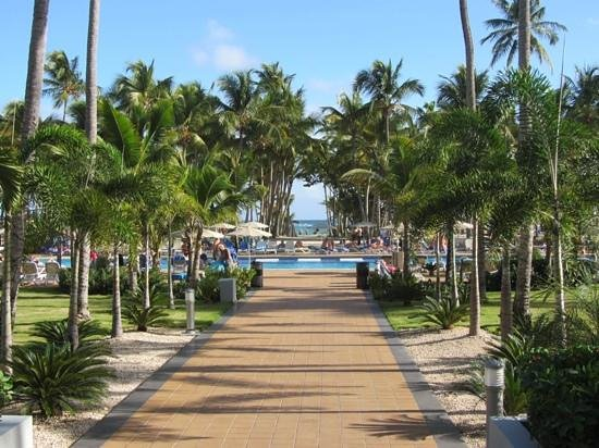 Hotel Riu Palace Macao : Walkway to the pool and beach