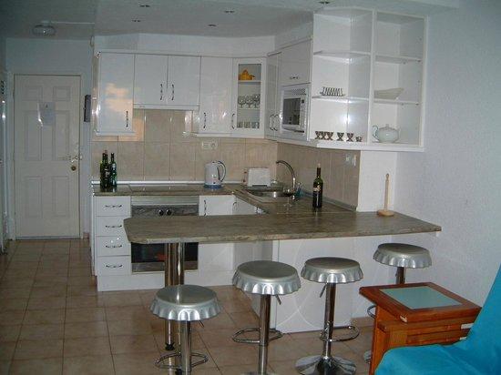Castle Harbour Apartments: Kitchen, Lounge area