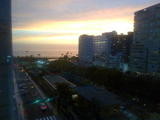 Radisson Hotel Decapolis Miraflores: puesta de sol desde la habitacion
