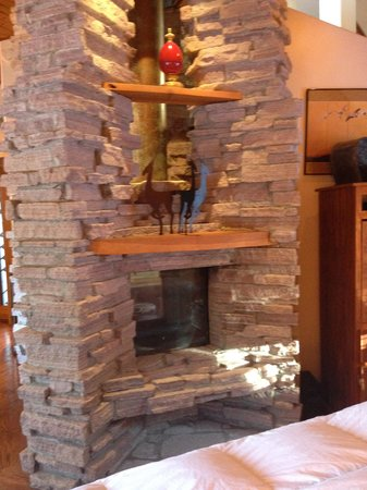 Nakoma Resort : Three sided fireplace