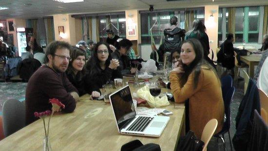 Abraham Hostel Jerusalem: Fellow travelers sharing a meal!!