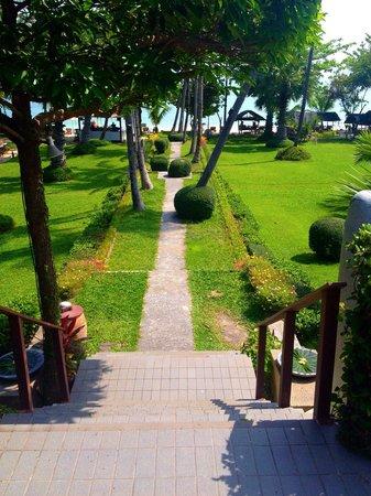 Muang Kulaypan Hotel: The walk to the beach