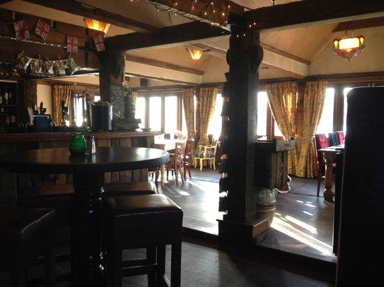 The Wiremill Lakeside Pub & Inn: Bar/Restaurant area