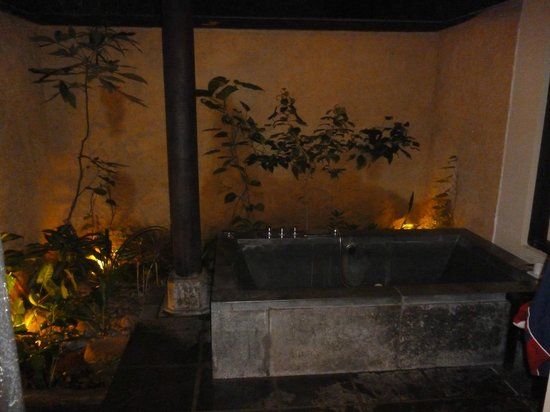 Anantara Mui Ne Resort: bathtub of our villa