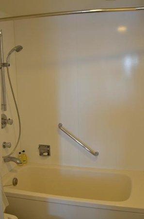 Citadines Shinjuku Tokyo: bathtub & shower