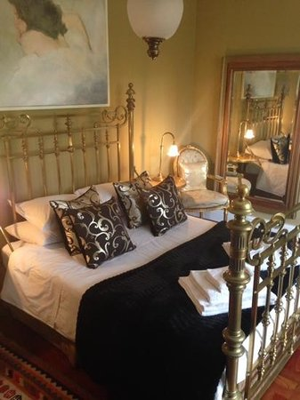 Northcliff Manor Guest House: room 3 black and gold