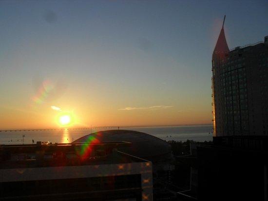 Nascer do sol da janela do quarto do Hotel Tryp Lisboa Oriente