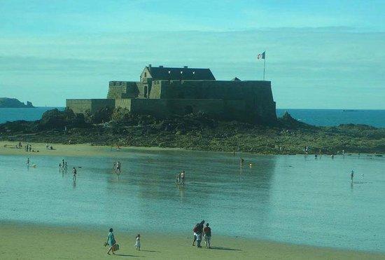 Fort National: Saint-Malo: Francia: vista di pomeriggio con bandiera