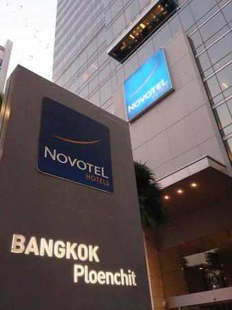 Novotel Bangkok Ploenchit Sukhumvit: Hotel frontage