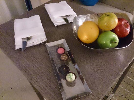 Novotel Bangkok Ploenchit Sukhumvit: Chocs & fruits