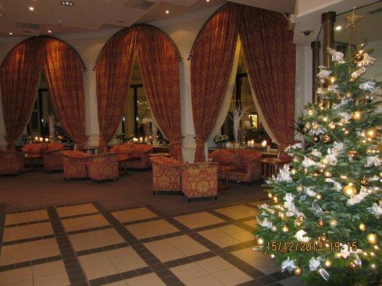 Grand Hotel Bohemia: Холл отеля красиво украшен к Рождеству
