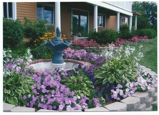 Overlook Park Bed and Breakfast: Fish fountain with flowers
