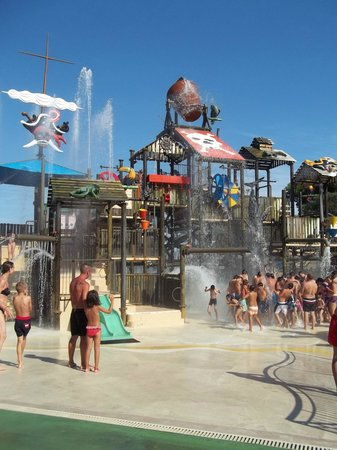 Vilassar de Dalt, Spanien: Massive bucket pours water down every few minutes great fun