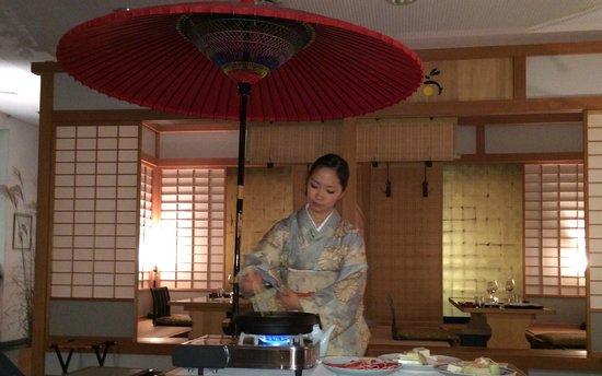 Hotel Restaurant Ryokan: Frische Zubereitung am Tisch
