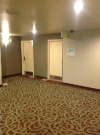 Holiday Inn Express Hermosa Beach: our room from elevator