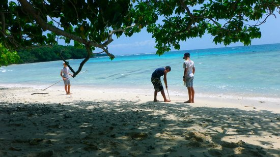 Oyster Island Resort: Boys on Beach