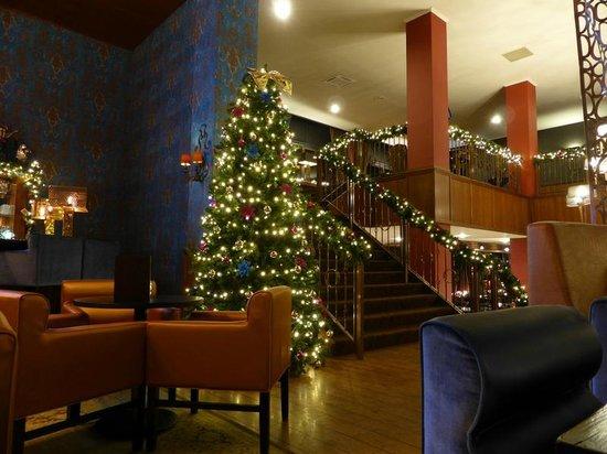 Van der Valk Hotel Emmeloord: Lounge area with Christmas Tree