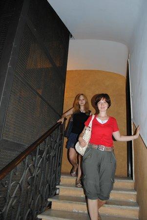 B&B Emanuela: лестница и лифт