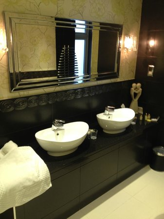 Applegarth Villa and Restaurant: Double Sink