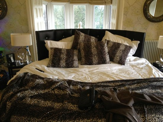 Applegarth Villa and Restaurant: 8ft Round Bed