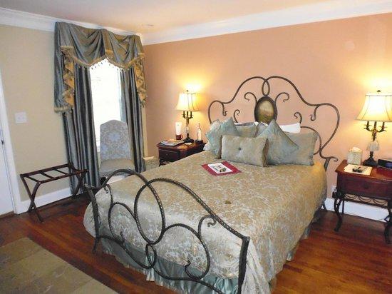 Biltmore Village Inn: In the bedroom looking from the hallway