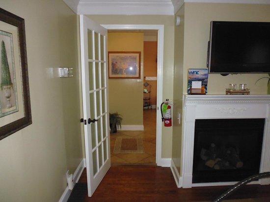 Biltmore Village Inn: In the bedroom looking in hallway/bathroom