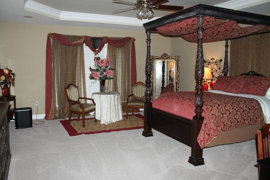 Southern Grace Bed and Breakfast: master suite beautiful and huge