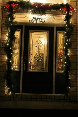 Southern Grace Bed and Breakfast : front door beautifully decorated