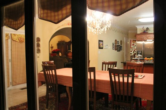 Southern Grace Bed and Breakfast : kitchen from from outside