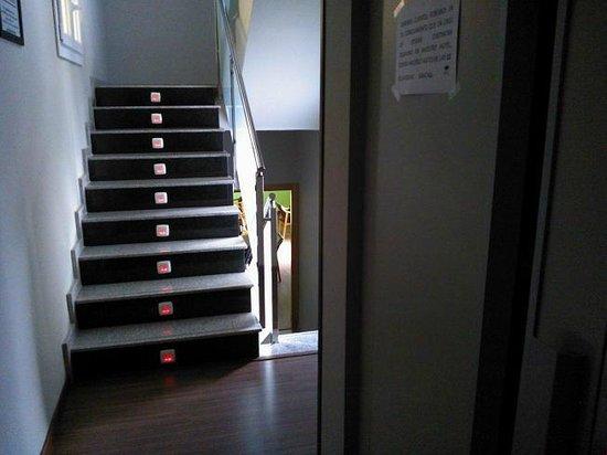 Hotel Vettonia: Ascensor, escalera y  al fondo sala común y por la mañana comedor para el desayuno