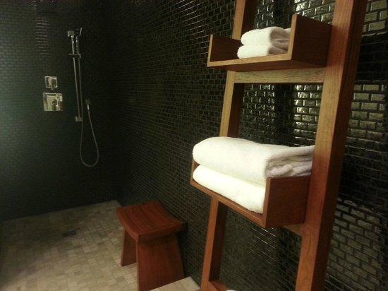 Nobu Hotel at Caesars Palace: Shower Area