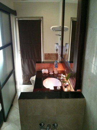 Best Western Kuta Villa : Bathroom leading out to the plunge pool